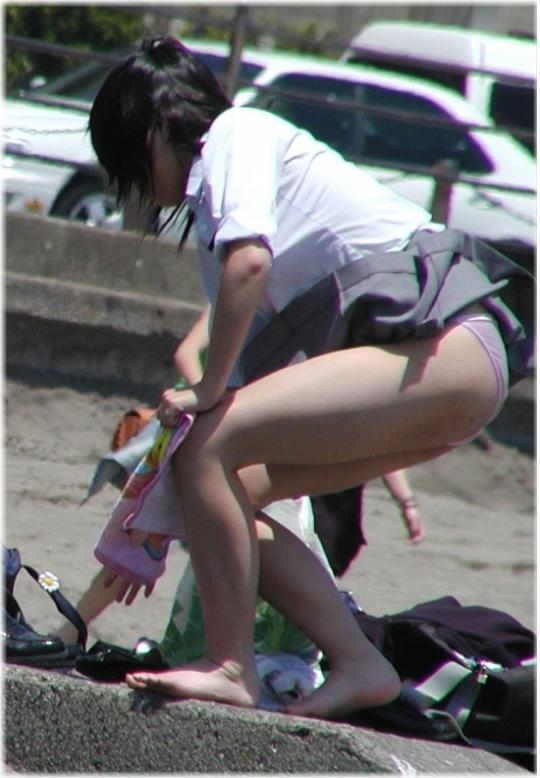 【パンチラ画像】結局JKのパンツが一番見たいんだろw風でもろにパンツが見えたJKww 22