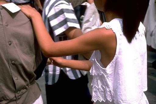 【ポロリ画像】ちゃんとオッパイがブラジャーに収まってないから、乳首まで見えてるじゃないwww 06