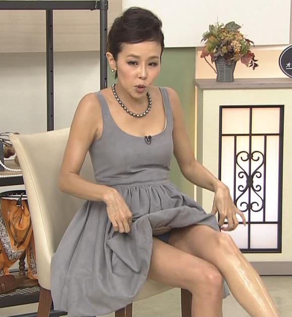 【放送事故画像】テレビ見てるとスカートの奥にチラッと見えるパンツが気になってしょうがないwww 13