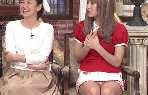 【放送事故画像】テレビ見てるとスカートの奥にチラッと見えるパンツが気になってしょうがないwww 22