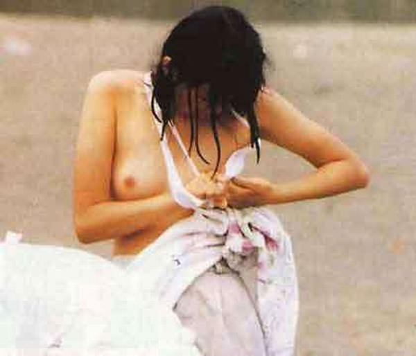 【ポロリ画像】日本人と外人どっちの乳首ポロリが好きですか?ww 05