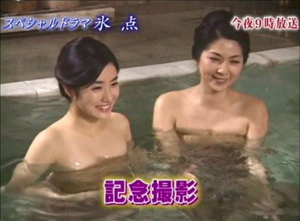 【放送事故画像】何で女ってバスタオル巻くときいっつもオッパイ半分くらい出すんだ?www 13