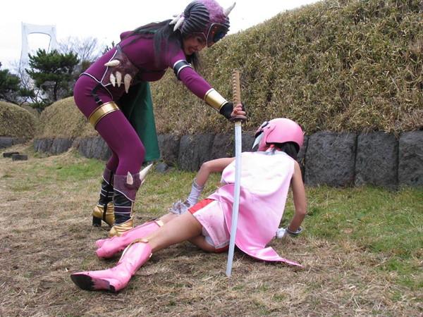 【お宝エロ画像】女優の戦ってるシーンで見えるパンツがエロすぎるwww 02