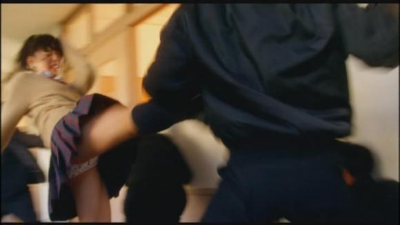 【お宝エロ画像】女優の戦ってるシーンで見えるパンツがエロすぎるwww 03