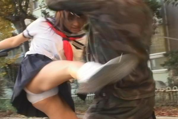 【お宝エロ画像】女優の戦ってるシーンで見えるパンツがエロすぎるwww 15