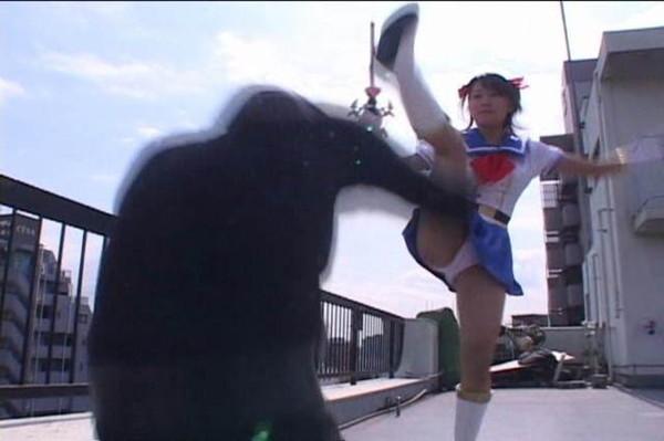 【お宝エロ画像】女優の戦ってるシーンで見えるパンツがエロすぎるwww 18