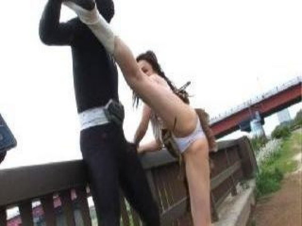【お宝エロ画像】女優の戦ってるシーンで見えるパンツがエロすぎるwww 20