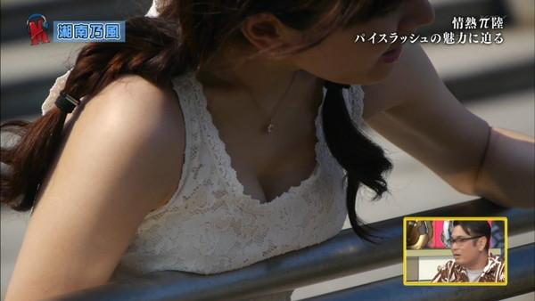 【放送事故画像】テレビに映るのにオッパイやら谷間やら映り過ぎ!! 05