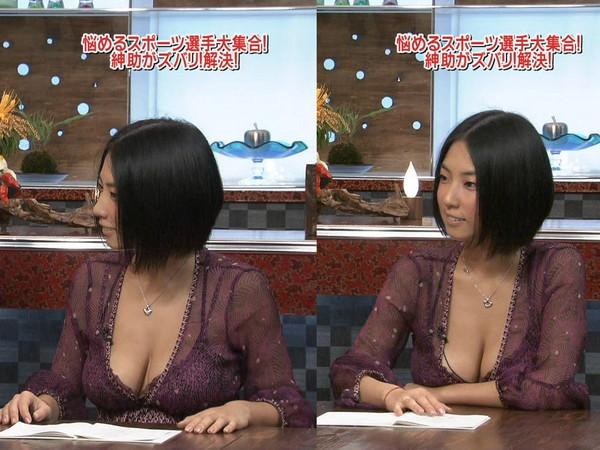 【放送事故画像】テレビに映るのにオッパイやら谷間やら映り過ぎ!! 12