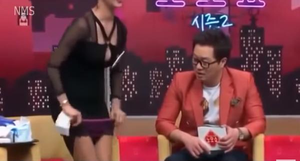 【放送事故画像】韓国のエロ番組でお股クパーして生理用品の付け方を実演www 02