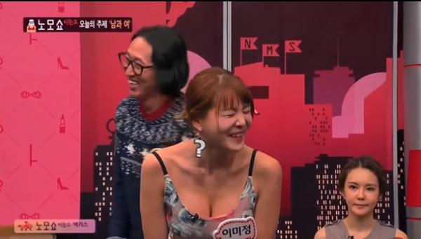 【放送事故画像】韓国のエロ番組でお股クパーして生理用品の付け方を実演www 15