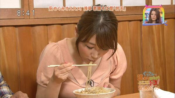【擬似フェラ画像】テレビでこれ見よがしにエロい食べ方で男を誘惑する女達www 02