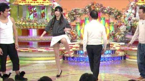 【放送事故画像】パンツが見えてる?それでテレビに映れればお構いなしなんだよwww 16