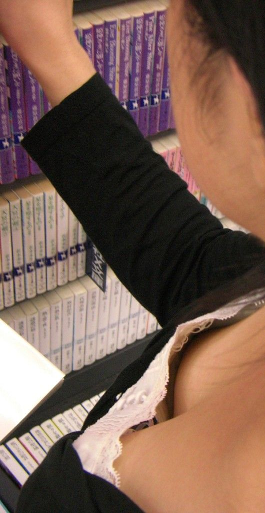 【ポロリ画像】日本人のチラッと見える乳首と外人のガッツリ見える乳首、どっちが好き?ww 03