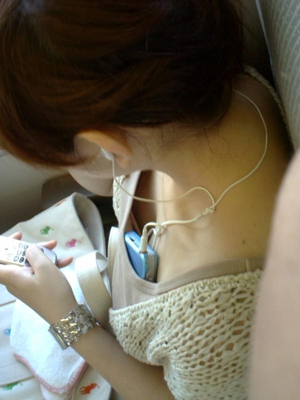 【ポロリ画像】日本人のチラッと見える乳首と外人のガッツリ見える乳首、どっちが好き?ww 10