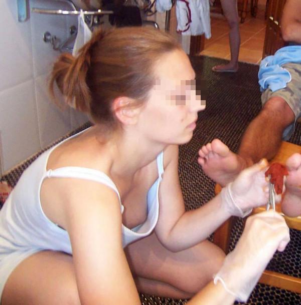 【ポロリ画像】日本人のチラッと見える乳首と外人のガッツリ見える乳首、どっちが好き?ww 24