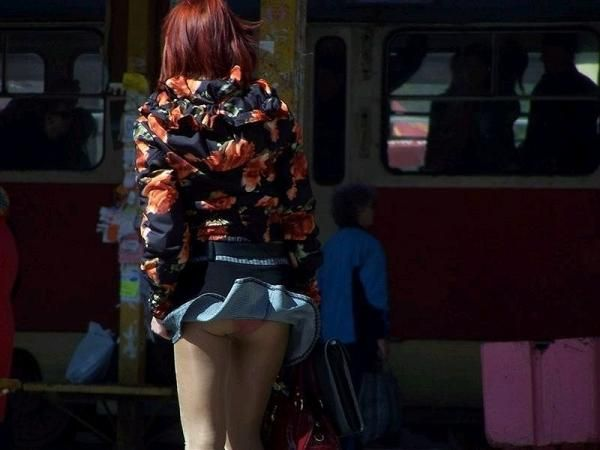【パンチラ画像】ふわっとスカートがめくれた瞬間見てるこっちまで照れちゃいそうな豪快なパンチラww 09