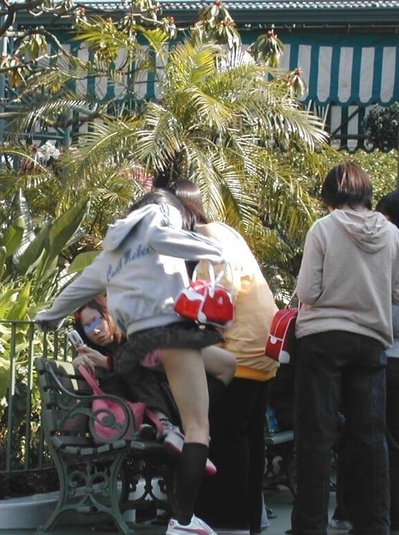 【パンチラ画像】ふわっとスカートがめくれた瞬間見てるこっちまで照れちゃいそうな豪快なパンチラww 15