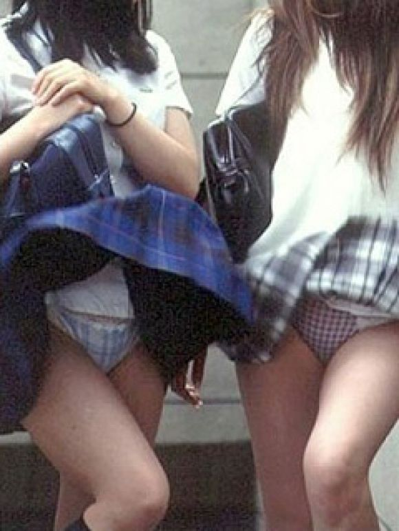 【パンチラ画像】ふわっとスカートがめくれた瞬間見てるこっちまで照れちゃいそうな豪快なパンチラww 17