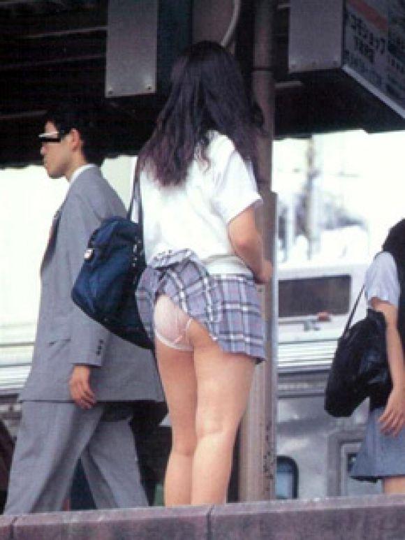 【パンチラ画像】ふわっとスカートがめくれた瞬間見てるこっちまで照れちゃいそうな豪快なパンチラww 18