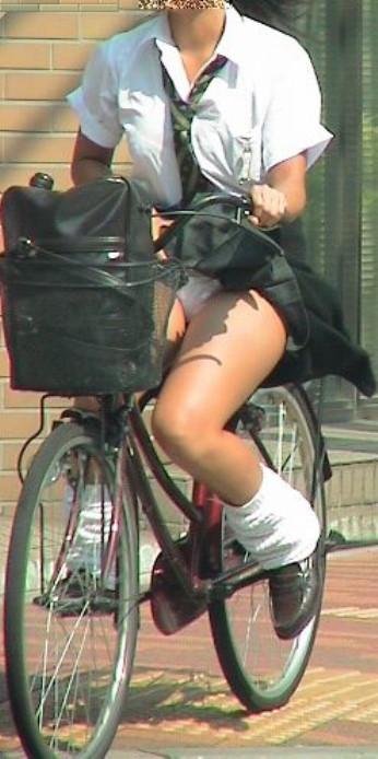 【パンチラ画像】ふわっとスカートがめくれた瞬間見てるこっちまで照れちゃいそうな豪快なパンチラww 20