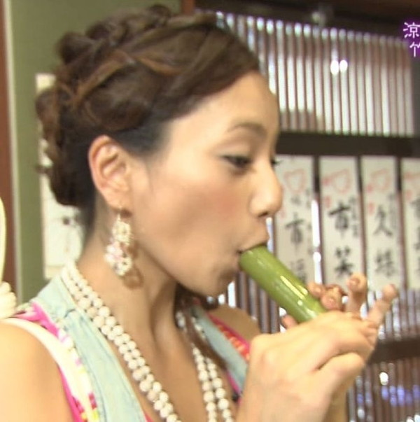 【疑似フェラ画像】テレビでそんなエロい食べ方するくらいなら俺のチンコも食べてみないかwww 12