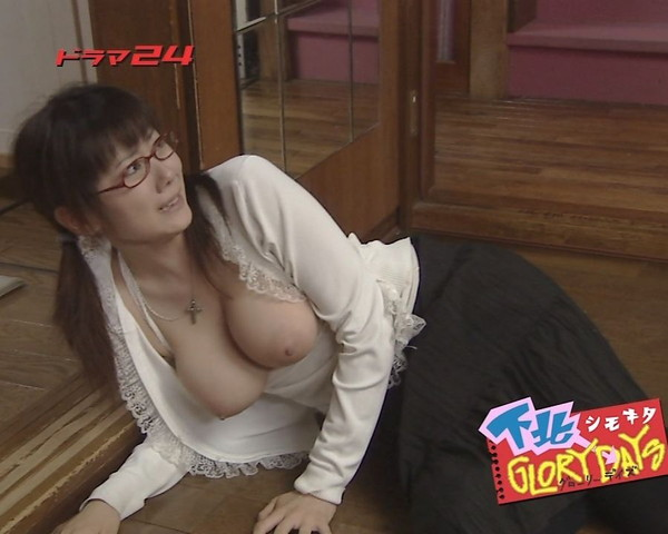 【放送事故画像】こんなオッパイ丸出しの女なんかテレビに映したらあか~んwww