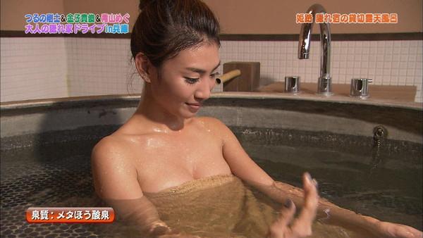 【放送事故画像】濡れた体と一枚のバスタオルがエロく見える、温泉美人たちww 06