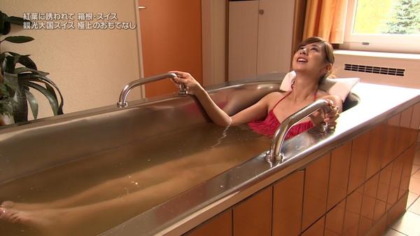 【放送事故画像】濡れた体と一枚のバスタオルがエロく見える、温泉美人たちww 10