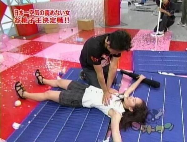 【放送事故画像】テレビでレズ行為?オッパイ揉まれて感じてる女達www 08