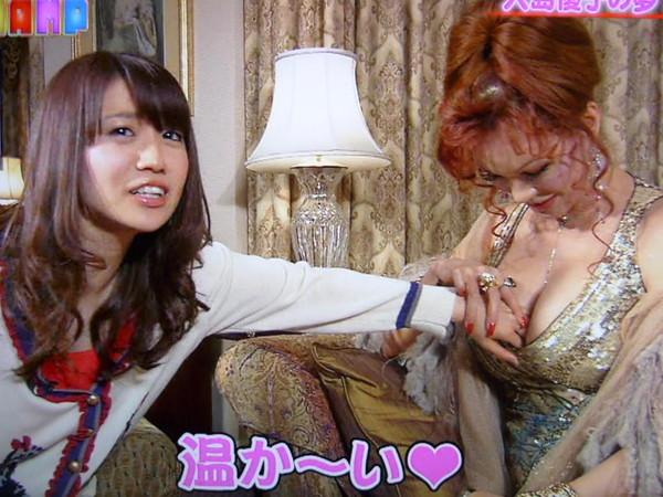 【放送事故画像】テレビでレズ行為?オッパイ揉まれて感じてる女達www 10