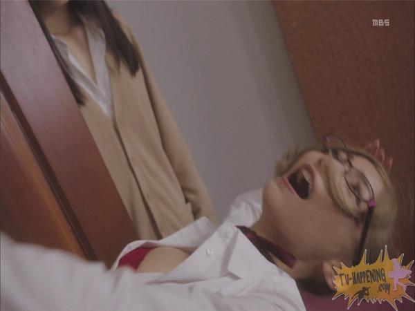 【お宝エロ画像】監獄学園第6話!腕相撲対決で揺れる爆乳ポロリ寸前!! 04