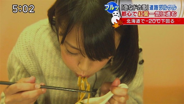 【疑似フェラ画像】この女達テレビなのに完全にフェラしてる所思いながら食べてるよな!! 15