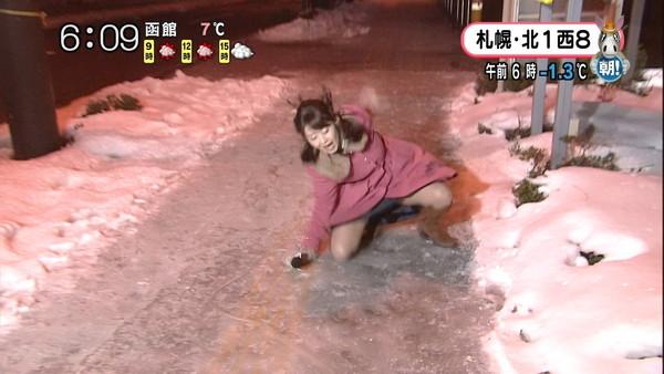 【放送事故画像】札幌放送の女子アナがこけた~!の瞬間にパンチラ!?www(GIFあり)