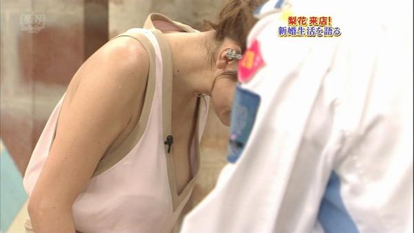 【放送事故画像】当たり屋に当たってしまったような乳首ポロリの放送事故がエロすぎるwww 07