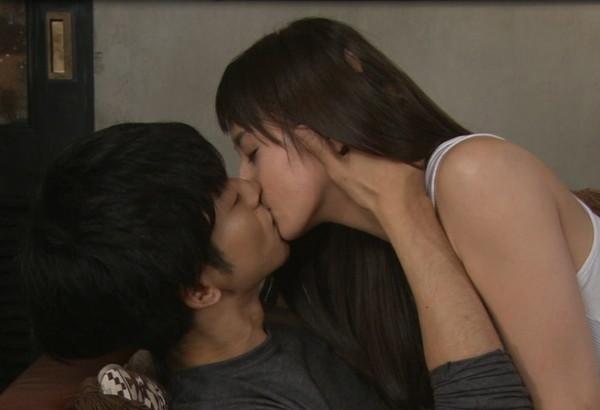 【放送事故画像】セックスする合図はやっぱりキス?ドラマなどで映ったキスシーンww 14