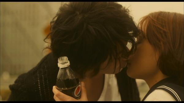 【放送事故画像】セックスする合図はやっぱりキス?ドラマなどで映ったキスシーンww 17