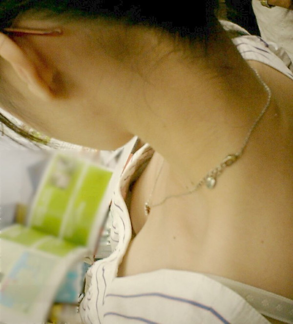 【素人ポロリ画像】ユルユルの胸元覗いて見たら乳首まで見えちゃってるよwww 04