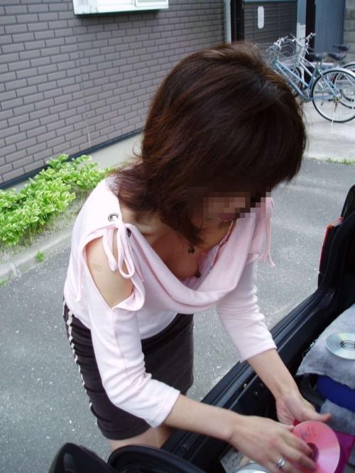 【素人ポロリ画像】ユルユルの胸元覗いて見たら乳首まで見えちゃってるよwww 05