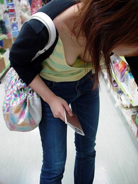 【素人ポロリ画像】ユルユルの胸元覗いて見たら乳首まで見えちゃってるよwww 21
