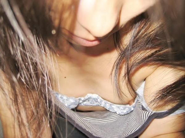 【素人ポロリ画像】ユルユルの胸元覗いて見たら乳首まで見えちゃってるよwww 23