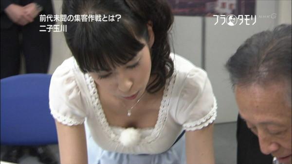 【放送事故画像】最近の女子アナはやたらと谷間を見せつけたがるみたいww 04
