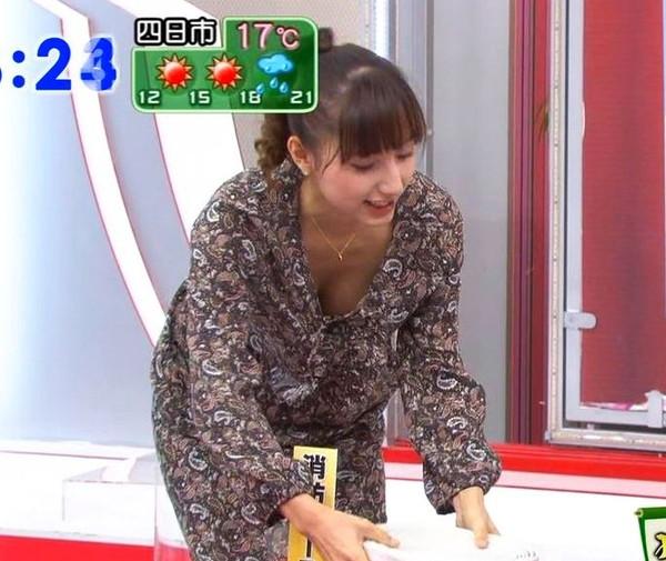 【放送事故画像】最近の女子アナはやたらと谷間を見せつけたがるみたいww 05