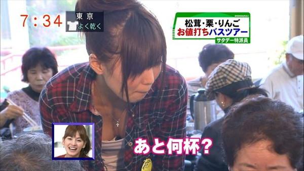 【放送事故画像】最近の女子アナはやたらと谷間を見せつけたがるみたいww 14