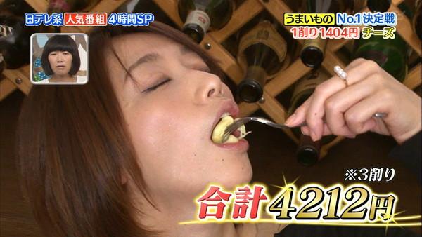【疑似フェラ画像】テレビに映った舌出したり吸ったり食べてる時の顔がエロい女達www 03