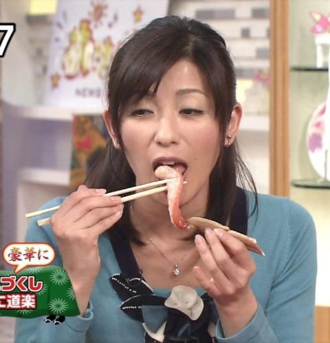 【疑似フェラ画像】テレビに映った舌出したり吸ったり食べてる時の顔がエロい女達www 06