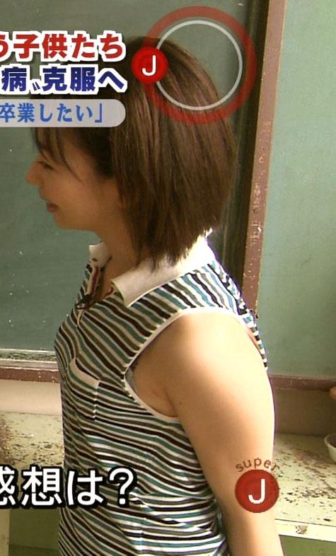 【放送事故画像】服の隙間からチラチラ見えるブラジャーが気になってしょうがないんだがww 13