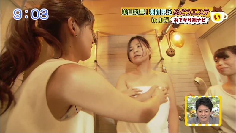 【放送事故画像】服の隙間からチラチラ見えるブラジャーが気になってしょうがないんだがww 23