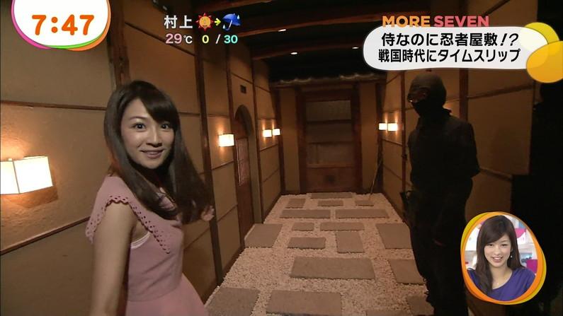 【放送事故画像】服の隙間からチラチラ見えるブラジャーが気になってしょうがないんだがww 24