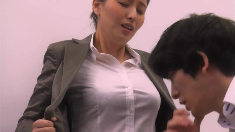 【放送事故画像】テレビに集う柔らかそうなマシュマロオッパイの女達ww 23
